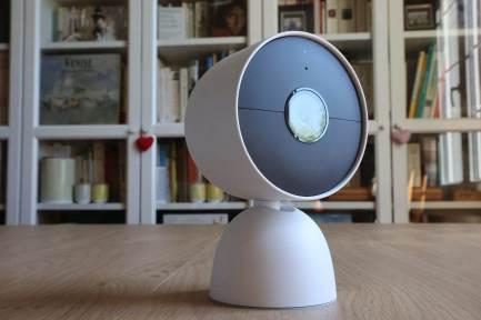 La Google Nest, avec batterie, sur son socle, en option.