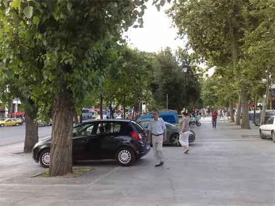 Σταθμευμένα αυτοκίνητα στην πλατεία Συντάγματος
