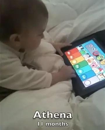 Η μικρή Αθηνά παίζει με το iPad