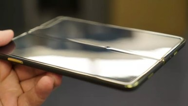 Samsung Galaxy Fold display grain MrMobile (2)