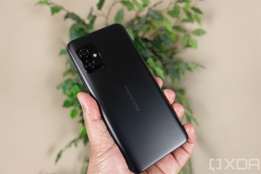 ASUS ZenFone 8 in hand