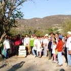 Colocan primera piedra en puente de Tezoatlán