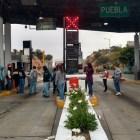 Normalistas toman caseta de cobro en Suchixtlahuaca