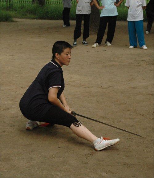 La mia maestra Liu Jinping a Tiantan Gongyuan - Beijing: 仆步穿剑 Pubu Chuan Jian - passo accosciato, penetrare con la spada
