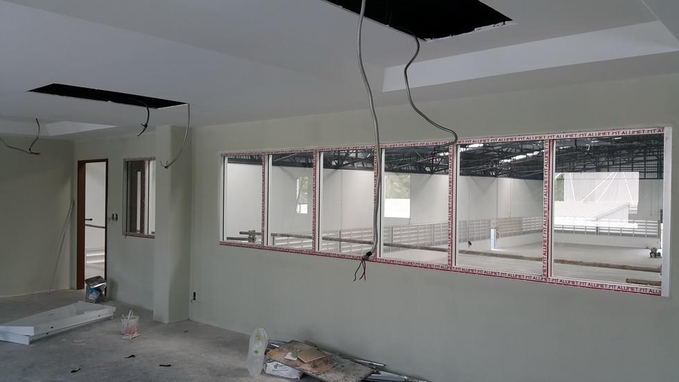 งานกระจก และ หน้าต่างในโรงงาน