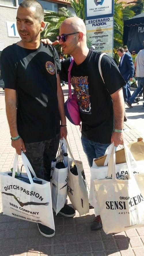 אריאל ומאיר עם שקיות מלאות ספרדית