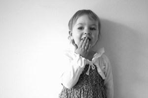 ילדה עם יד על הפה