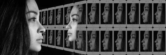אישה מסתכלת בבואת עצמה עם הרגה מאוד דמויות של עצמה