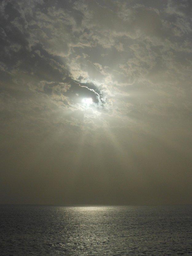 שמש אופטימית מפציעה מהעננים