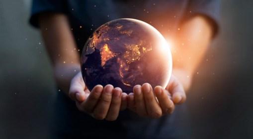 מחזיק את כדור הארץ ביידים