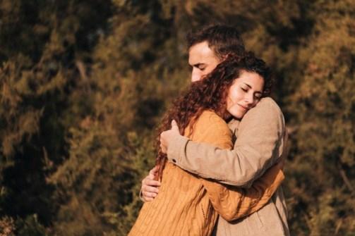זוג, גבר ואישה, מתחבקים בהרבה אהבה