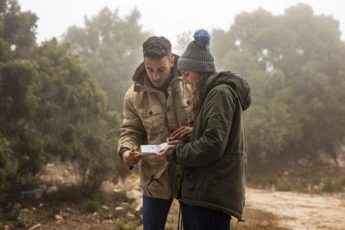 זוג מסתכלים במפה במהלך מסע