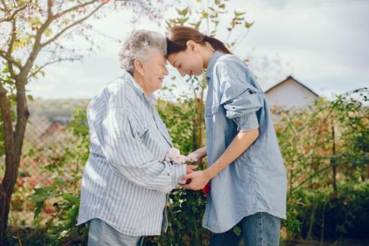 אימא מבוגרת ואישה צעיר ראש לראש בהרבה אהבה