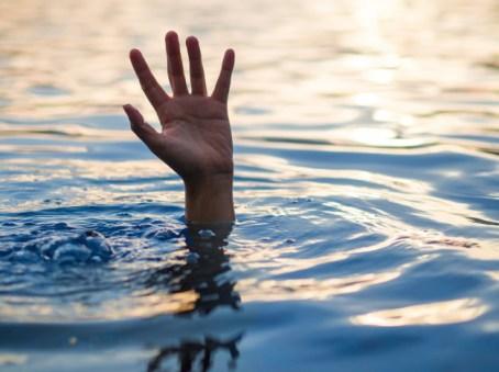 יד מתוך המים להצילו