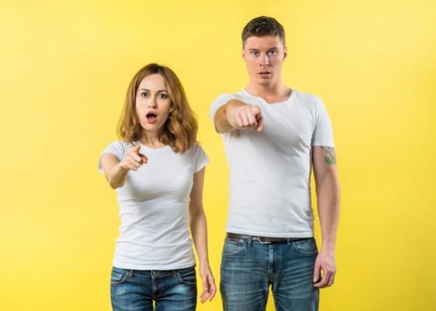 גבר ואישה מאשימים