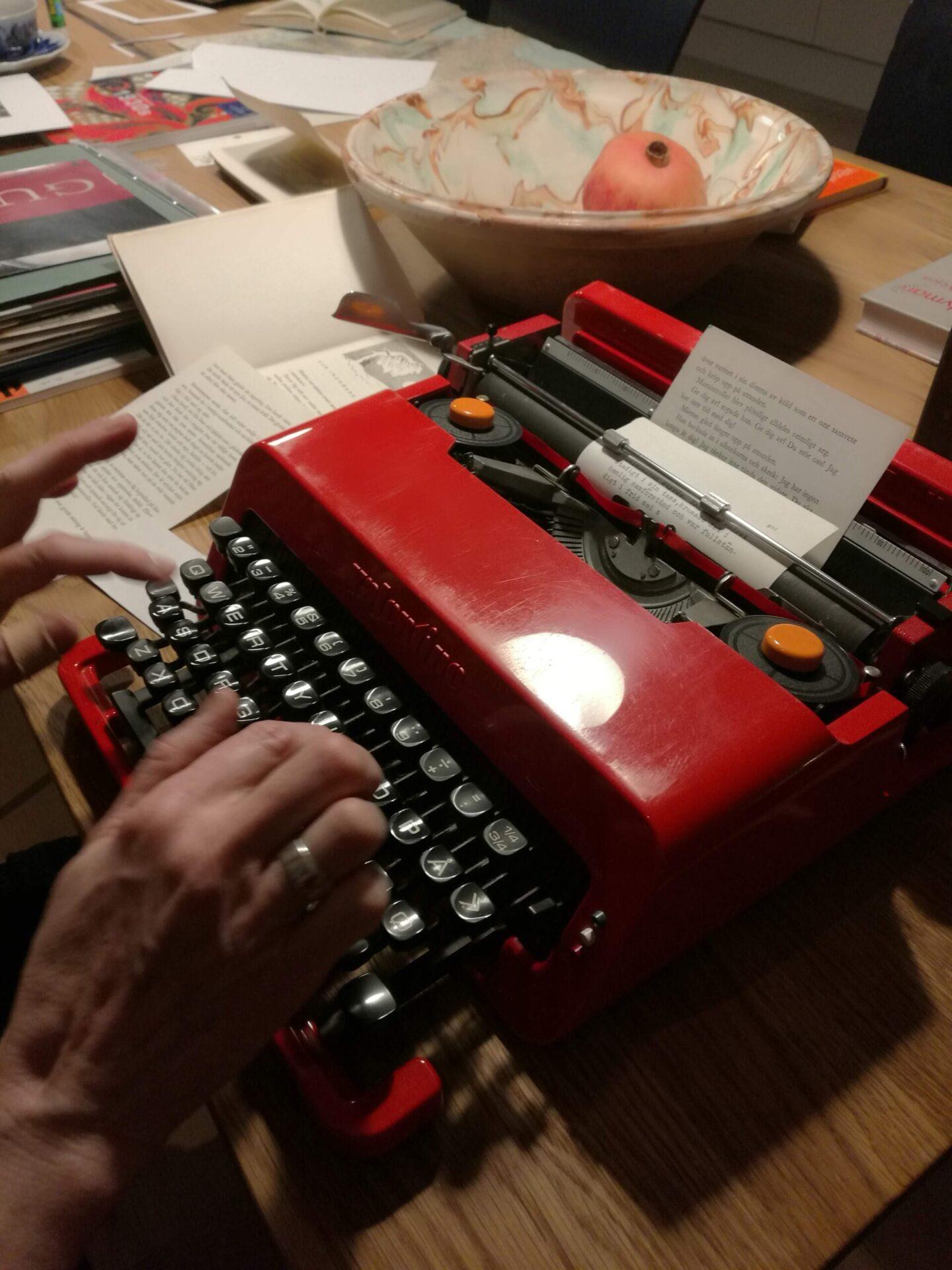 Kirsten bruger en gammel skrivemaskine til at lave tekst til collagerne