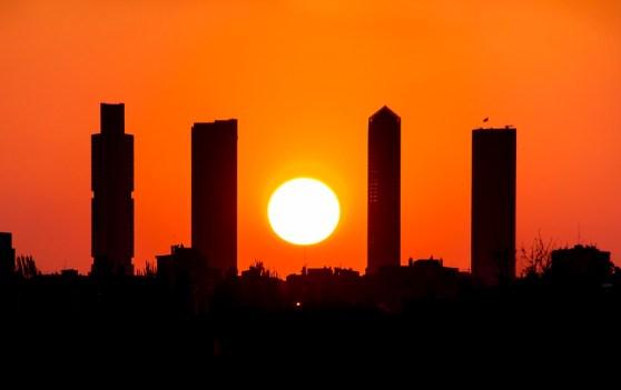 Puesta de sol entre las 4 torres de Plaza Castilla en Madrid.