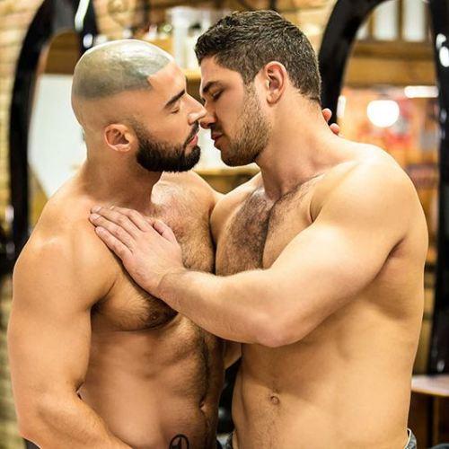 Men.com : フェロモンが臭うヒゲ熊イケメンDato Foland と François Sagat 、昼下がりの堀合