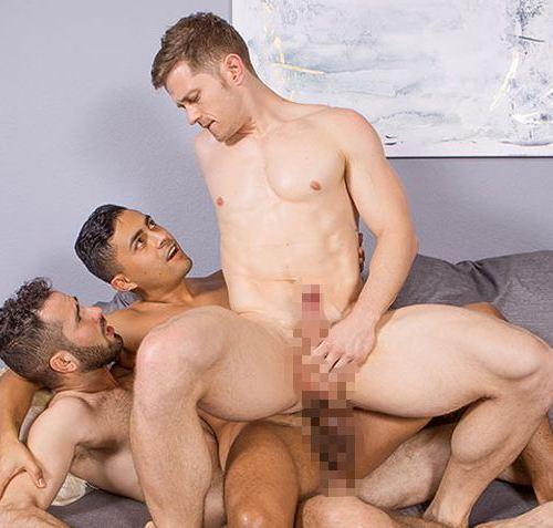 Sean Cody : ベスト淫乱カップの Deacon と Asherを髭ズラHector が掘りまくり、激しい3Pになだれ込む