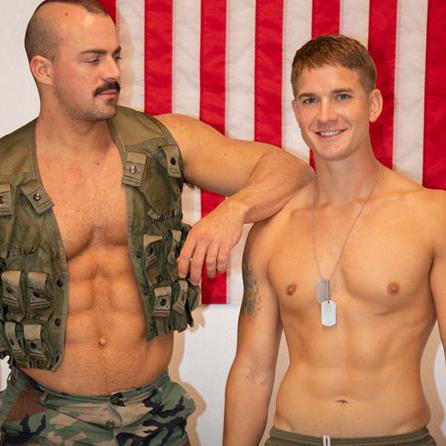 ゲイ動画 筋肉ムキムキの上官 Alex James に、こっそりスマホでポルノを見ているのを見つかる Brandon Andersonには厳しい罰が待っていた