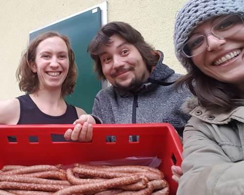 Steffi, Christian & Steffi mit den ersten eigenen Kamerun-Kunekune-würstln
