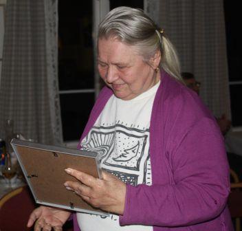 Anne Marit Olsen mottok gave fra FFN på vegne av Vestfold HHK