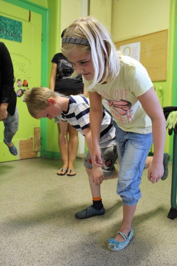 Paula kann am längsten auf einem Bein stehen.