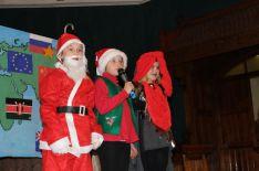Santa Claus, sein Helfer und ein leckerer Weihnachtstruthahn