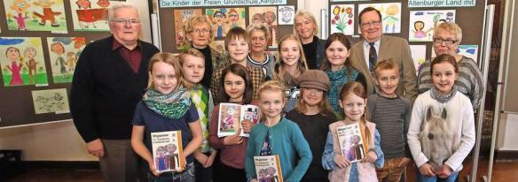Die Senioren freuen sich mit Christine Gräfe (hinten 2.v.l.) und Ines Quart (hinten 3.v.r.) über die tollen Bilder der Kinder der Känguru-Schule Ehrenberg. Quelle: Paul Jahn
