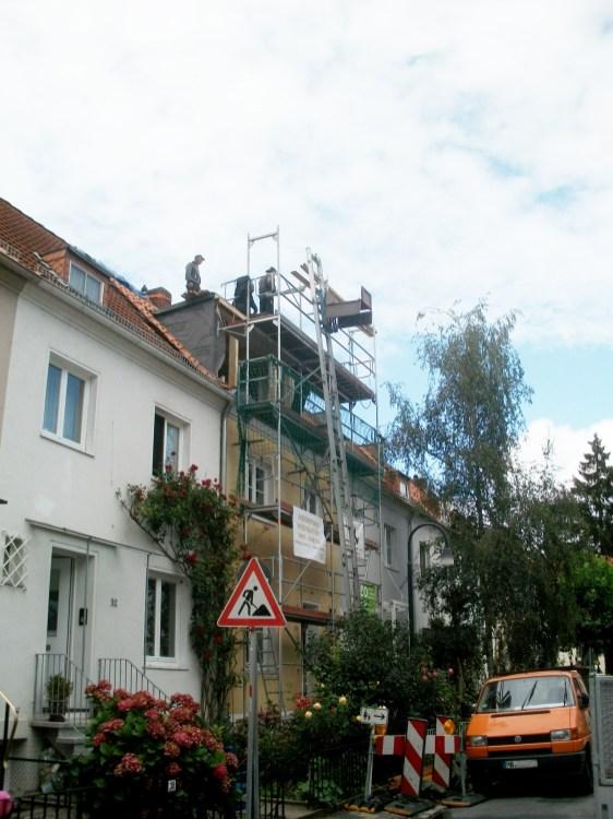 Die Gaube steht und die erste Dachseite wird eingedeckt