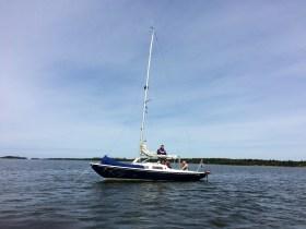 S/y Inke kesäleiripurjehduksella ankkurissa vaihtamassa miehistöä