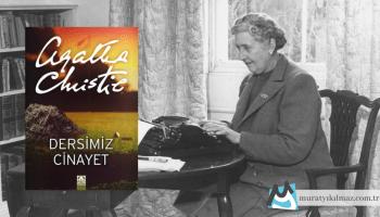 Agatha Christie'nin 1923 yılında yayımladığı Dersimiz Cinayet, okuyucunun Ölüm Sessiz Geldi kitabında tanıştığı Hercule Poirot hakkında daha fazla şey öğrenmesine olanak tanıyor.