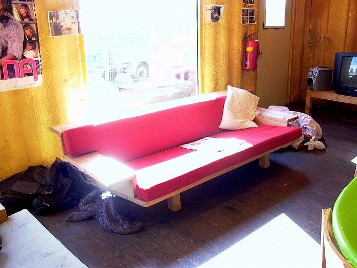 色味バランスで魅せるソファのあるお部屋インテリア001