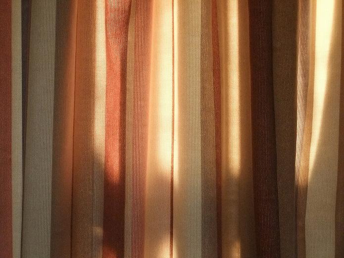 生成りを基調に色合わせ落ち着いたストライプカーテン