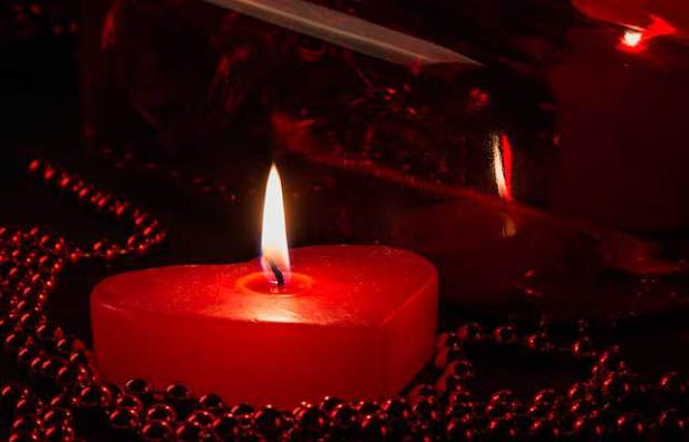 Vela en forma de corazón para rituales de amor