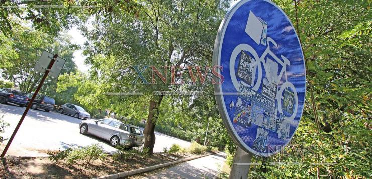 Велосипедисти се жалват от хора по алеята