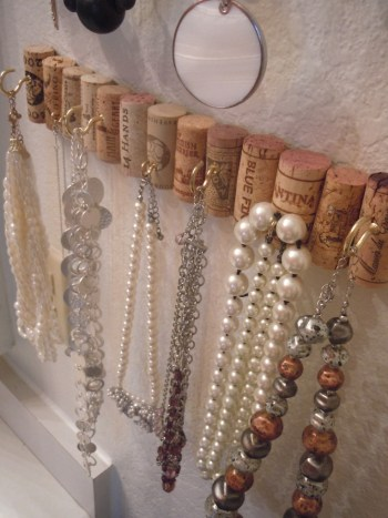 DIY wine cork jewelry wall hooks. 12 diy wine cork crafts. Where are all my fellow wine lovers at?! This is amazing! I love this craft idea. Turn wine corks into awesome DIY crafts, home decor and gift ideas. This is so cool! I love it! Perfect for wine lovers! Pinning for later!