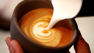 10 μεγάλες αλήθειες για όσους βάζουν γάλα στον καφέ τους