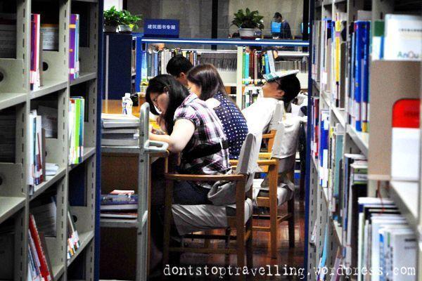 Chino durmiendo en la biblioteca de Shanghai