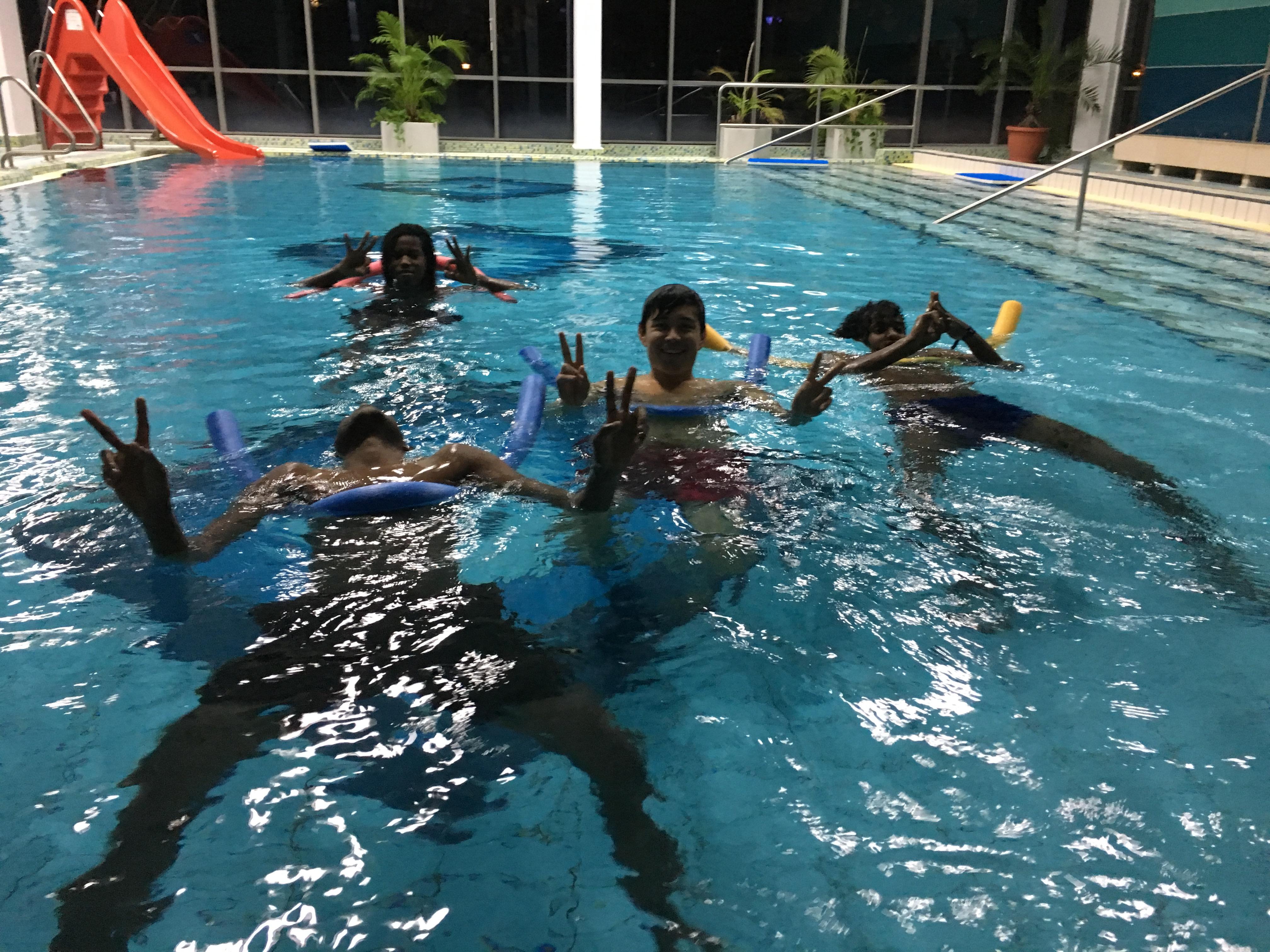 Jugendliche Geflüchtete beim Schwimmkurs