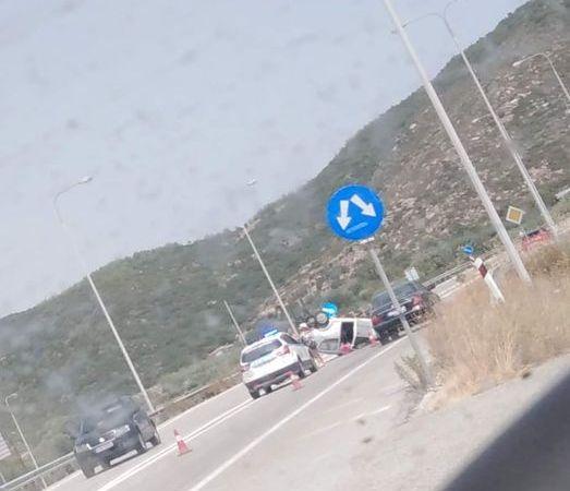 Ανατροπή οχήματος στην γέφυρα της Ν.Περάμου