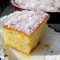 Ένα αφράτο σιροπιαστό κέικ καρύδας, σκέτη απόλαυση