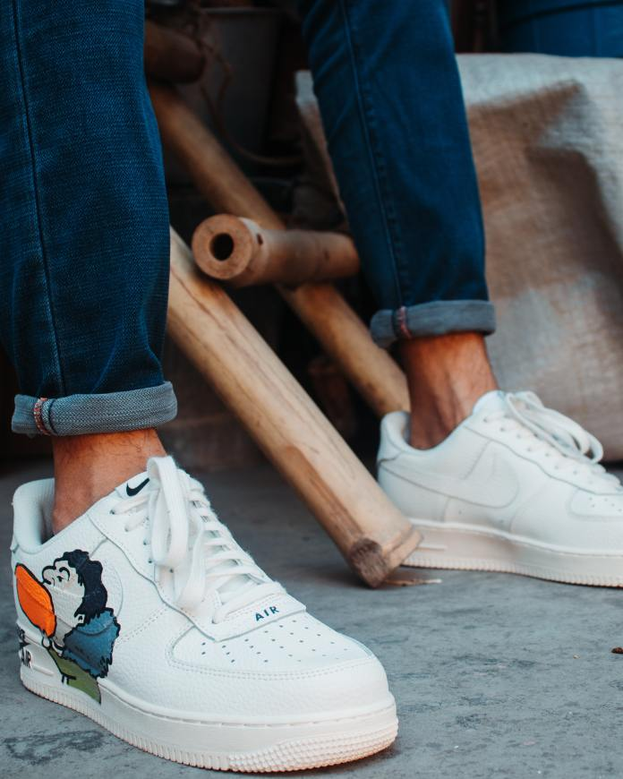 Modèle de baskets blanches, un inconditionnel du dressing homme