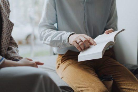 Homme en velours avec livre