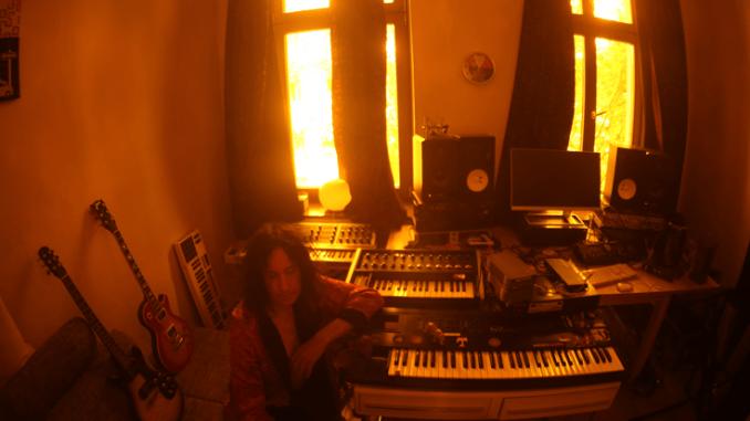 VIDEO PREMIERE: Gordon Raphael -  'I Sleep On The Radio'