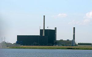 Atomkraftwerk_Brunsbüttel von der Elbe aus gesehen