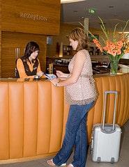 Check-in an der Hotel Rezeption