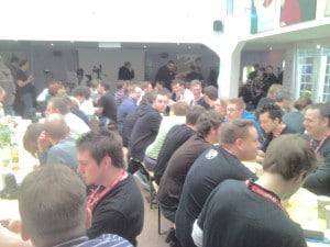 Teilnehmer des Barcamps Ruhr 3 im Unperfekthaus an langen Tischen beim Früchstücken.
