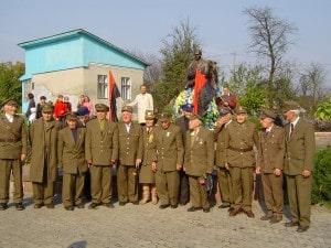 Alte KämpferInnen der UPA treffen sich und ehren Bandera.
