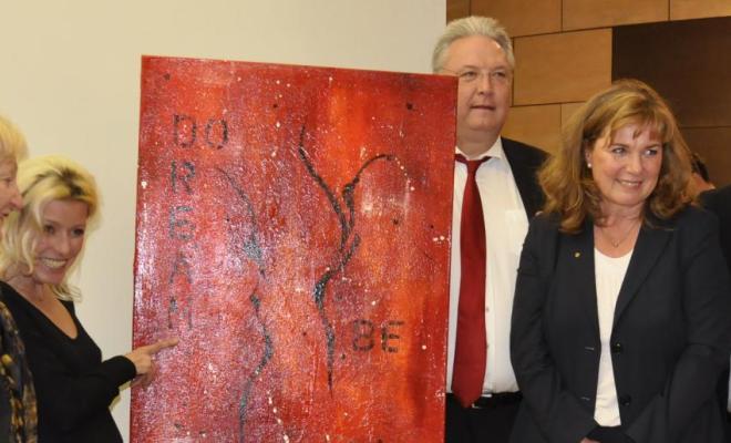 Foto v.l.n.r.: Anita Stein (neue Besitzerin des Bildes), Andrea Schreiber (Künstlerin), Frank Börner (MdL), Ingrid Brommundt (Präsidentin Lions Club), Manfred Osenger (1. Bürgermeister DU)